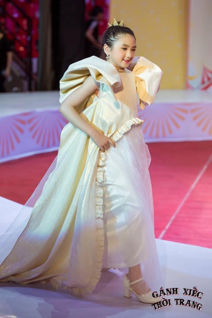 Diem Quynh BST Khiem Nguyen 2 Gánh xiếc thời trang: Mẫu nhí catwalk giày móng ngựa, đi xe điện cân bằng, treo người trên không