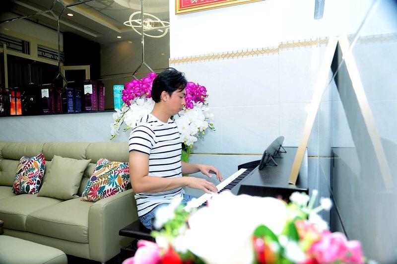 HVT bên chiếc đàn piano để sáng tác ca khúc mới 1 Không gian sống đơn giản nhưng đầy tinh tế của ca sĩ Hồ Việt Trung