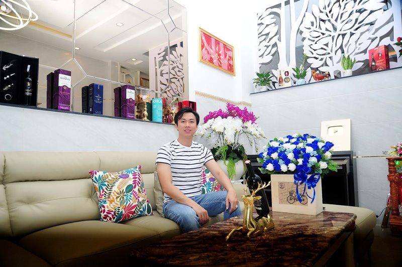 Không gian phòng khách 4 Không gian sống đơn giản nhưng đầy tinh tế của ca sĩ Hồ Việt Trung