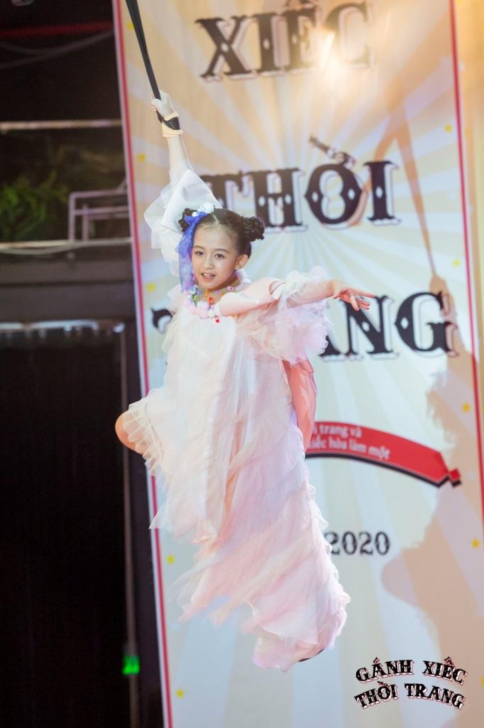 Pham Ngoc Khanh Gánh xiếc thời trang: Mẫu nhí catwalk giày móng ngựa, đi xe điện cân bằng, treo người trên không