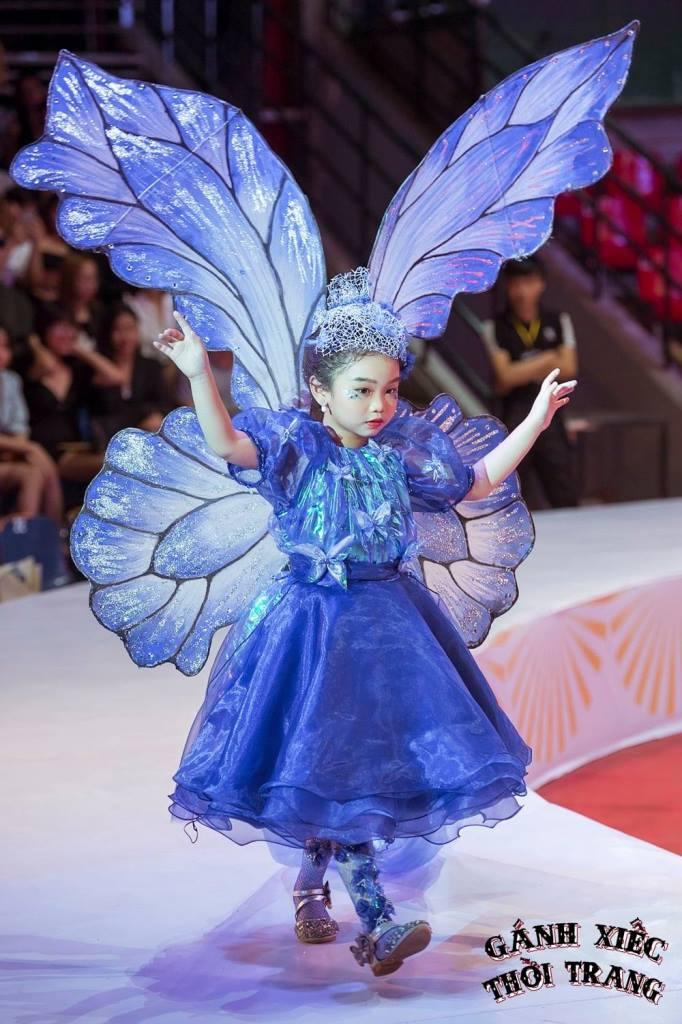 Quynh Phuong Gánh xiếc thời trang: Mẫu nhí catwalk giày móng ngựa, đi xe điện cân bằng, treo người trên không