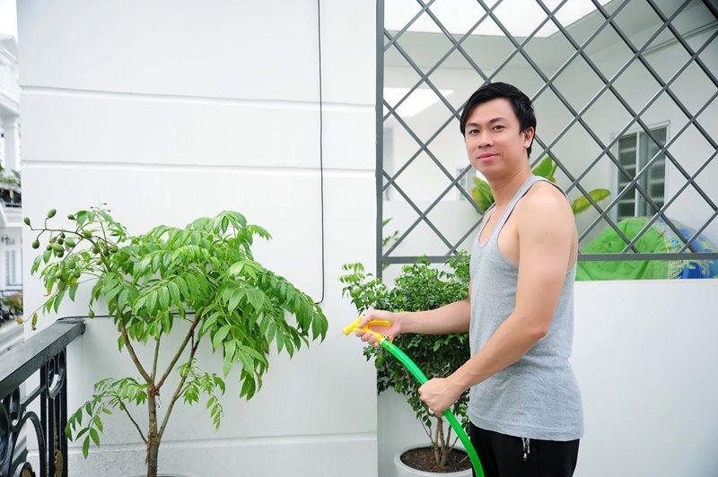Sân thượng trồng cây ăn trái 3 Không gian sống đơn giản nhưng đầy tinh tế của ca sĩ Hồ Việt Trung