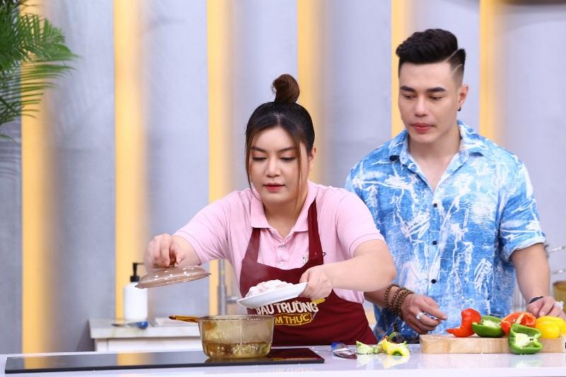 Đấu Trường Ẩm Thực 2 Lê Dương Bảo Lâm bất ngờ với khả năng nấu ăn cực chuyên nghiệp của Lê Nam