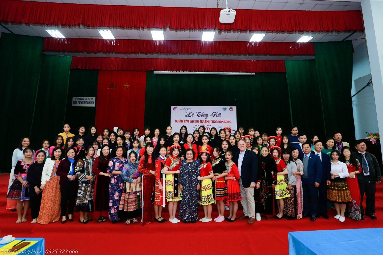 Bà Trương Mỹ Hoa ông Rad Kivette và các vị khách cùng các nữ sinh CLB VinaCapital Foundation và Quỹ học bổng Vừ A Dính công bố kết quả dự án Hoa bản làng