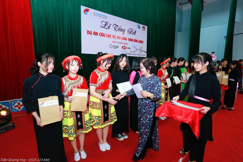 Bà Trương Mỹ Hoa trao giấy chứng nhận và quà cho các nữ sinh CLB VinaCapital Foundation và Quỹ học bổng Vừ A Dính công bố kết quả dự án Hoa bản làng