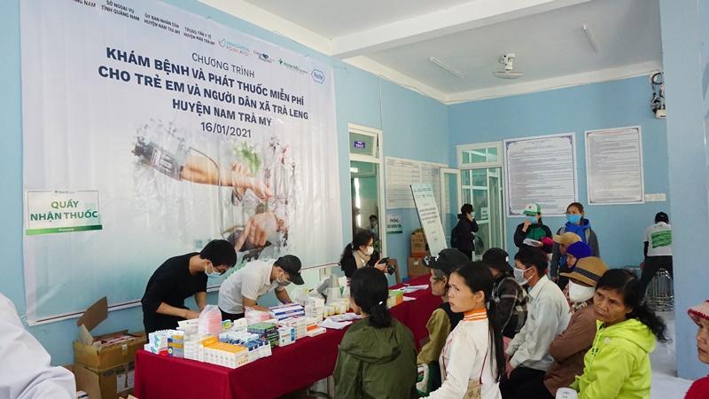 Phát thuốc miễn phí cho người dân đến khám sức khỏe VinaCapital Foundation chung tay khắc phục hậu quả bão lũ tại Nam Trà My, Quảng Nam