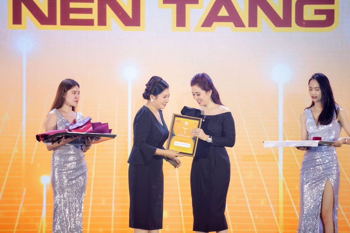Chị Nguyễn Thu Hương TGĐ Nam Hương Group trao kỷ niệm chương cho Nhà cung cấp vào Dự án WSUN Diễn Đàn Phụ Nữ Khởi Nghiệp Trên Nền Tảng Số: Mở ra nhiều cơ hội cho phụ nữ Việt