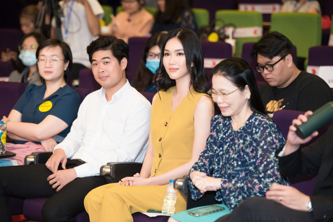 A HAU PHUONG ANH 2 Á hậu Phương Anh: Tìm công việc phù hợp sẽ giống như việc bạn tìm bạn trai