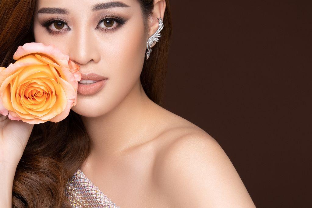 Hoa hau Khanh Van Flowers11 Hoa hậu Khánh Vân và bộ ảnh hoa lấy cảm hứng từ câu chuyện các bé gái ngôi nhà One Body Village