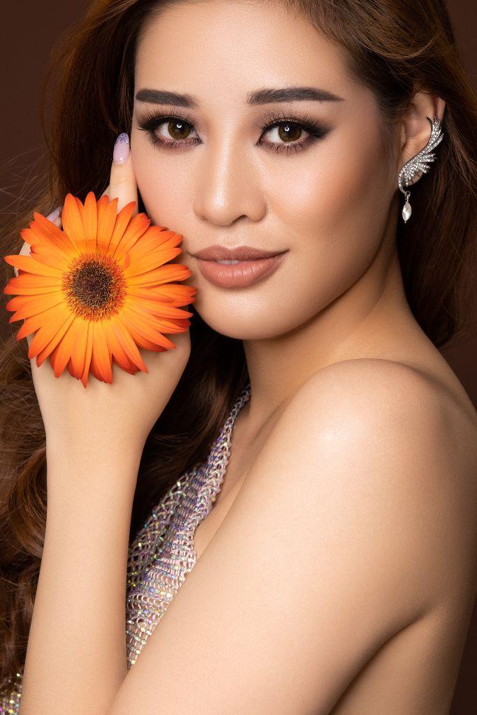 Hoa hau Khanh Van Flowers2 Hoa hậu Khánh Vân và bộ ảnh hoa lấy cảm hứng từ câu chuyện các bé gái ngôi nhà One Body Village