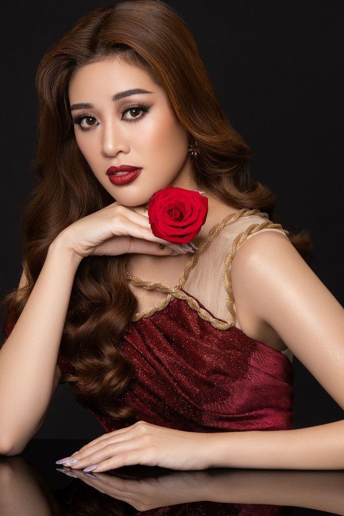 Hoa hau Khanh Van Flowers5 Hoa hậu Khánh Vân và bộ ảnh hoa lấy cảm hứng từ câu chuyện các bé gái ngôi nhà One Body Village
