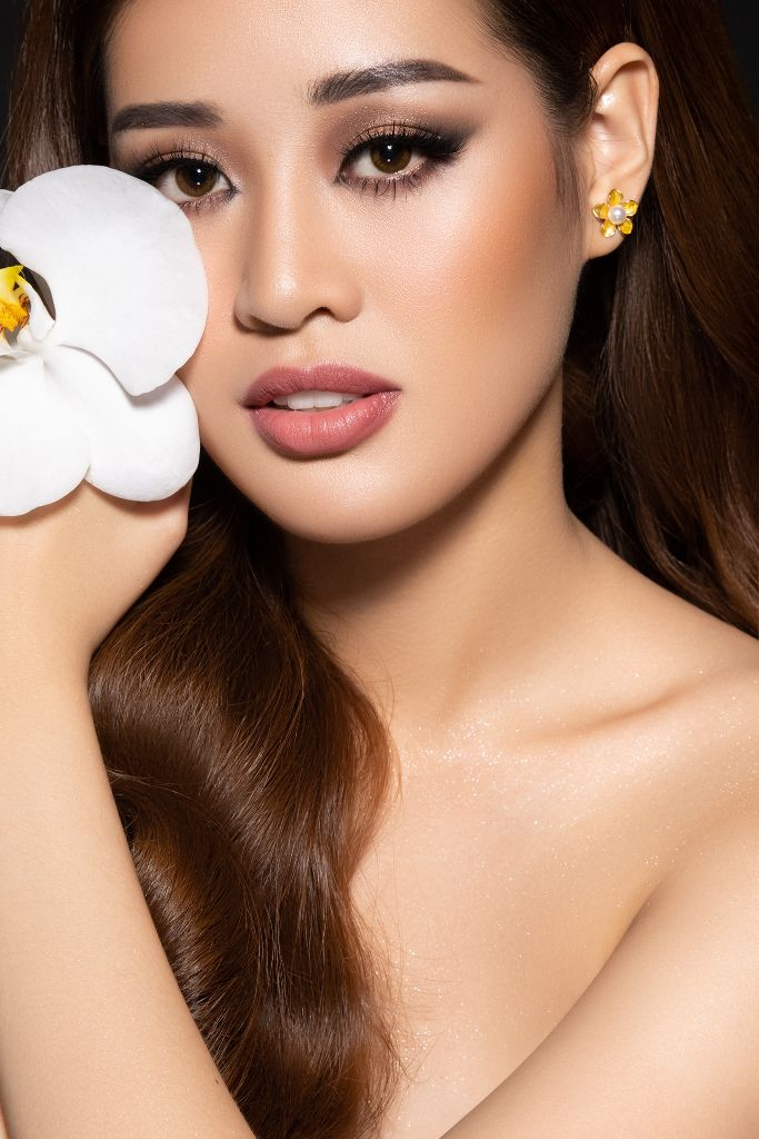 Hoa hau Khanh Van Flowers9 Hoa hậu Khánh Vân và bộ ảnh hoa lấy cảm hứng từ câu chuyện các bé gái ngôi nhà One Body Village