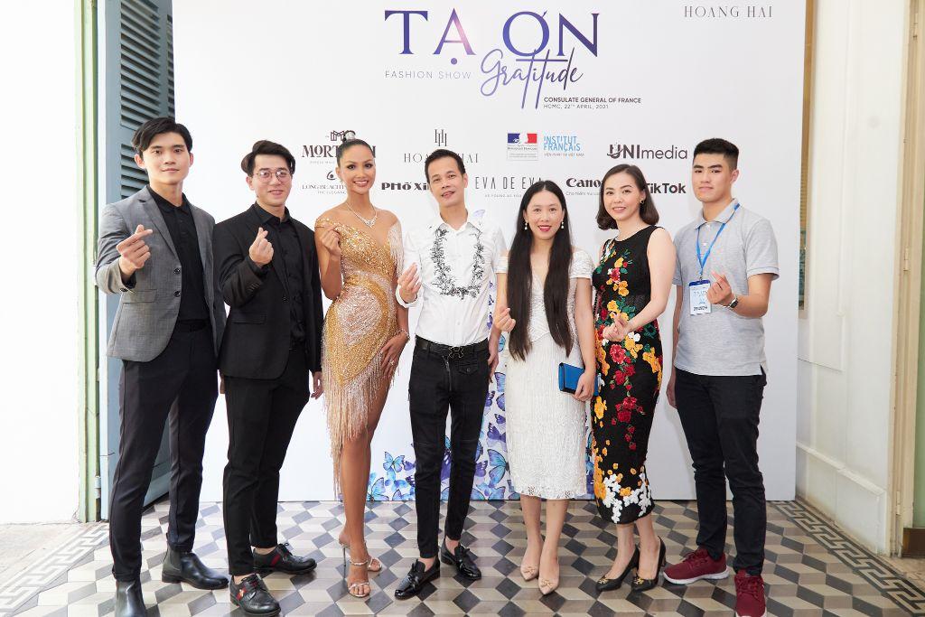 ta on 2 NTK Hoàng Hải và ê kíp sản xuất thông báo dời lịch Fashion Show Tạ Ơn