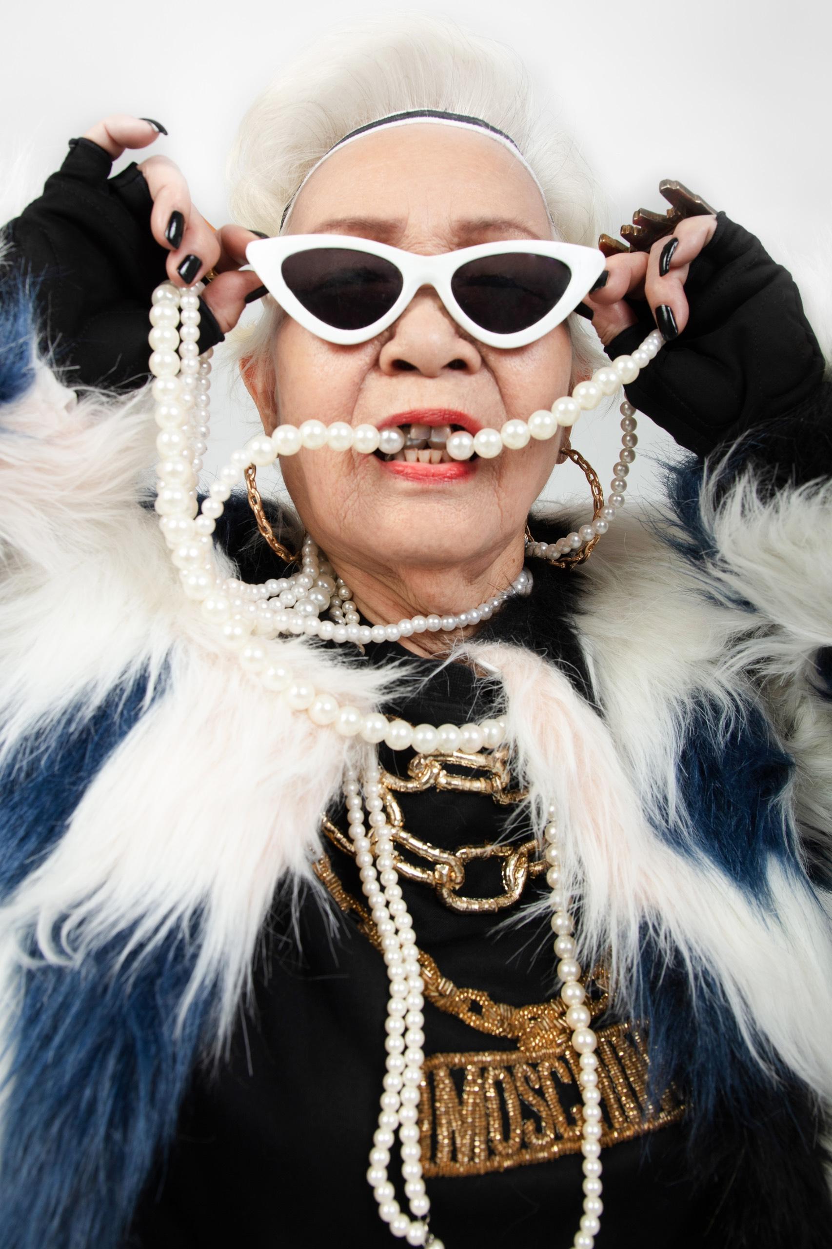 1. Wowy và bà Ngoại5 Rapper Wowy lu mờ khi chụp ảnh cùng bà ngoại U80 siêu ngầu
