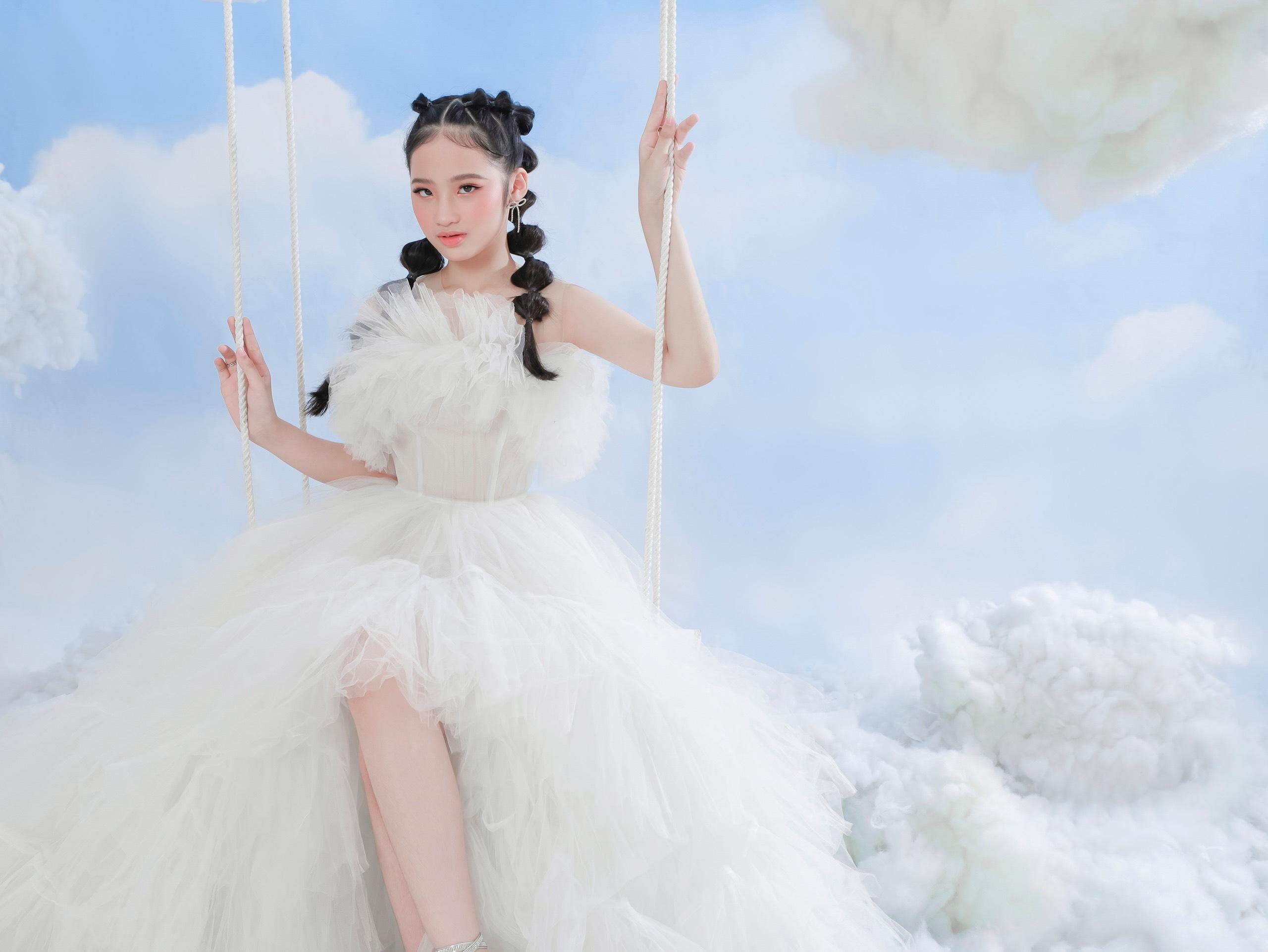 Baoha0 Mẫu nhí Bảo Hà tỏa sáng tinh khôi với bộ ảnh lấy concept mây trắng trong trẻo