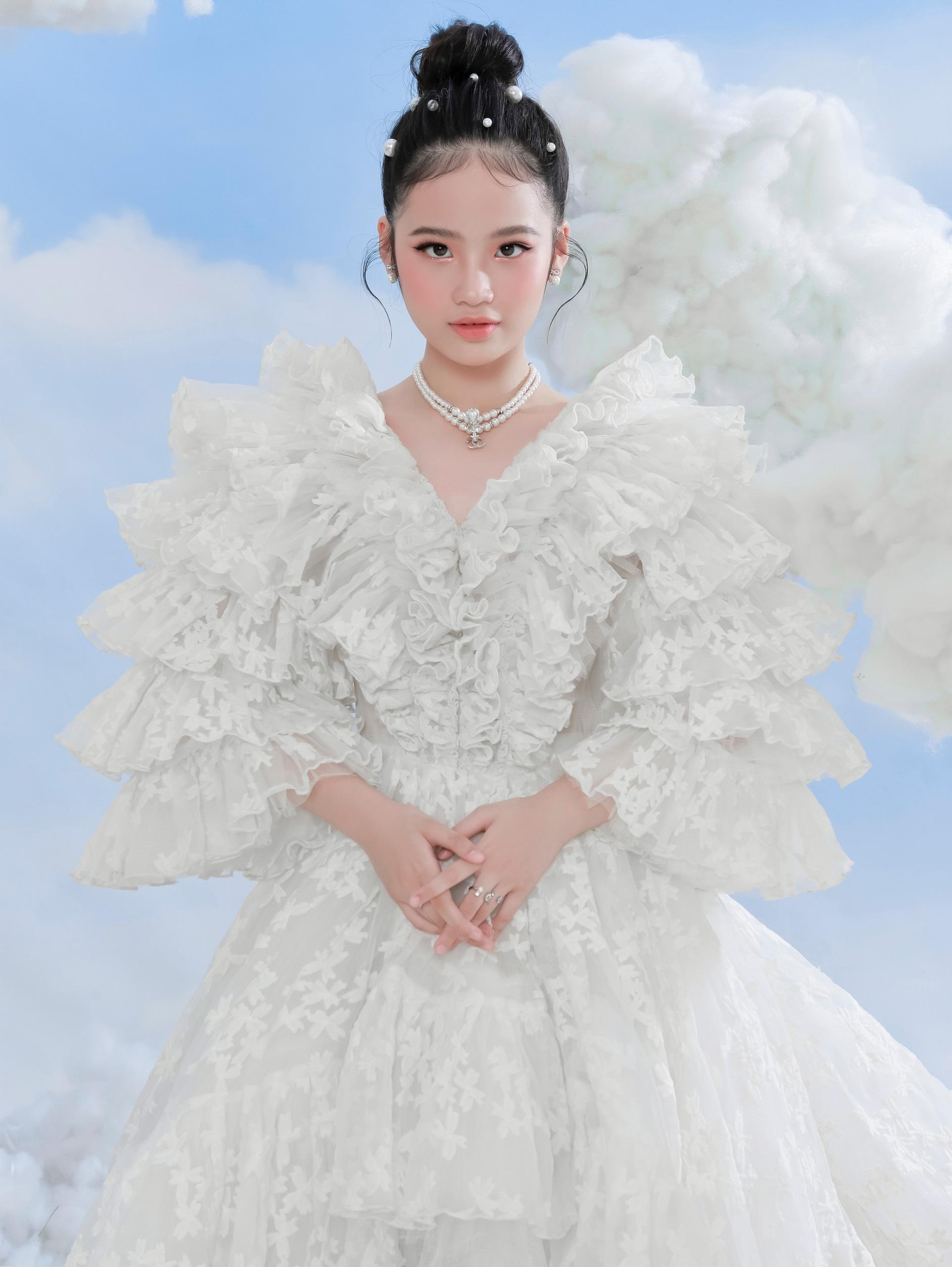 Baoha5 Mẫu nhí Bảo Hà tỏa sáng tinh khôi với bộ ảnh lấy concept mây trắng trong trẻo