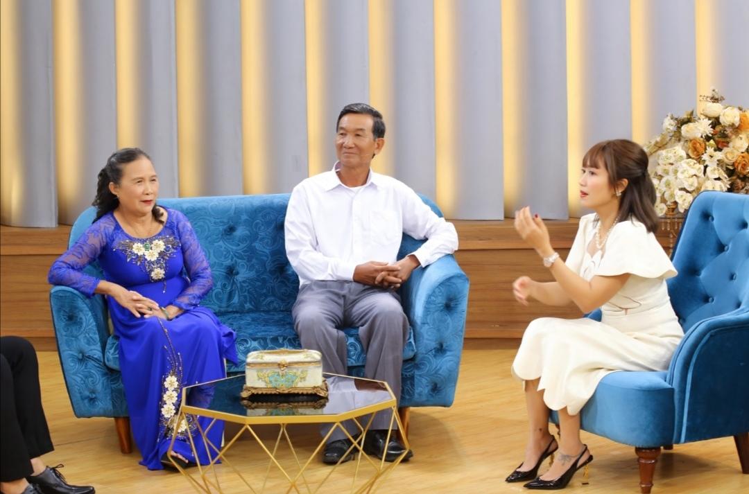 Screenshot 20210618 232805 Ốc Thanh Vân khâm phục ý chí của người vợ lo toan mọi việc để chồng 70 tuổi lấy bằng thạc sĩ