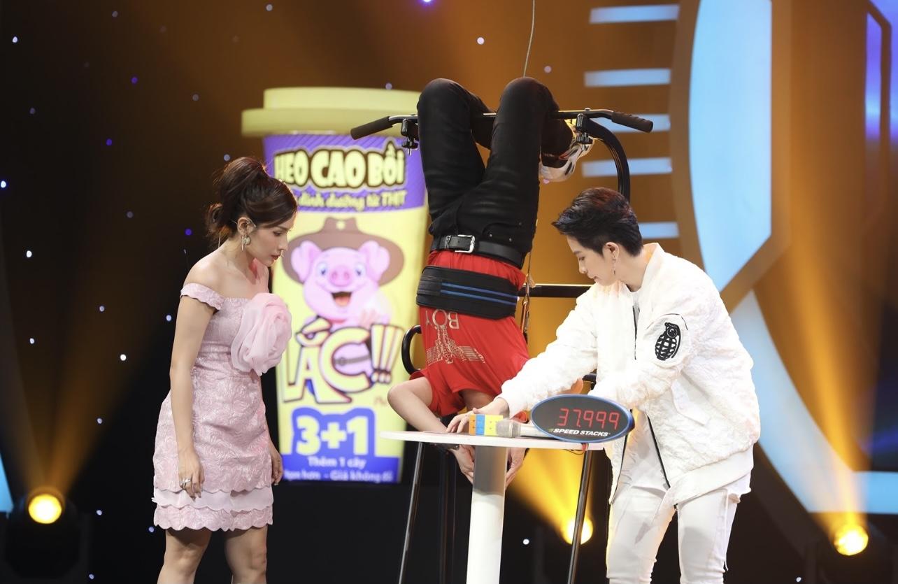 Cậu bé 13 tuổi khiến Trấn Thành   Hari Won sững sờ khi treo ngược người chơi rubik
