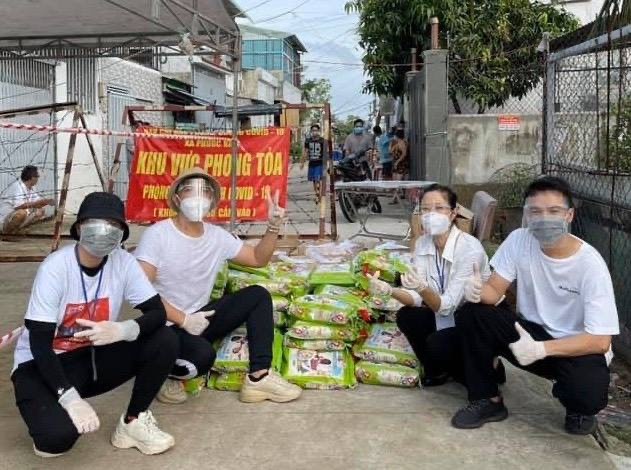 Nguyên Vũ tặng gạo giúp bà con nghèo ảnh hưởng bởi dịch COVID 19
