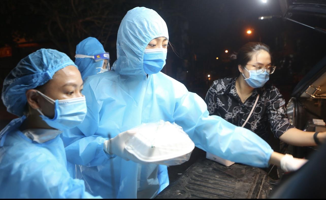 Hoa hậu Đỗ Mỹ Linh, Lương Thuỳ Linh, Đỗ Hà phát hàng ngàn phần cơm phục vụ cho người dân khó khăn tại Hà Nội