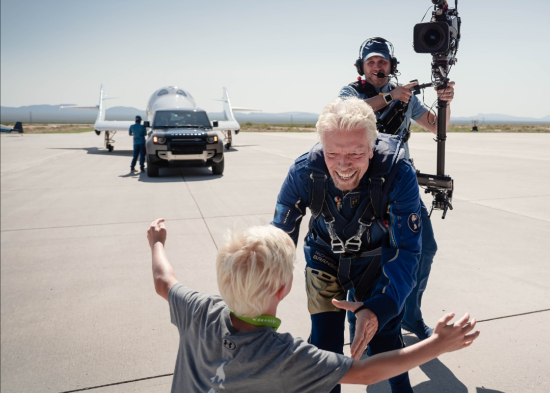Screenshot 20210712 155710 Range Rover Astronaut Edition và Land Rover Defender 110 hỗ trợ đưa tỷ phú người Anh Richard Branson lên vũ trụ