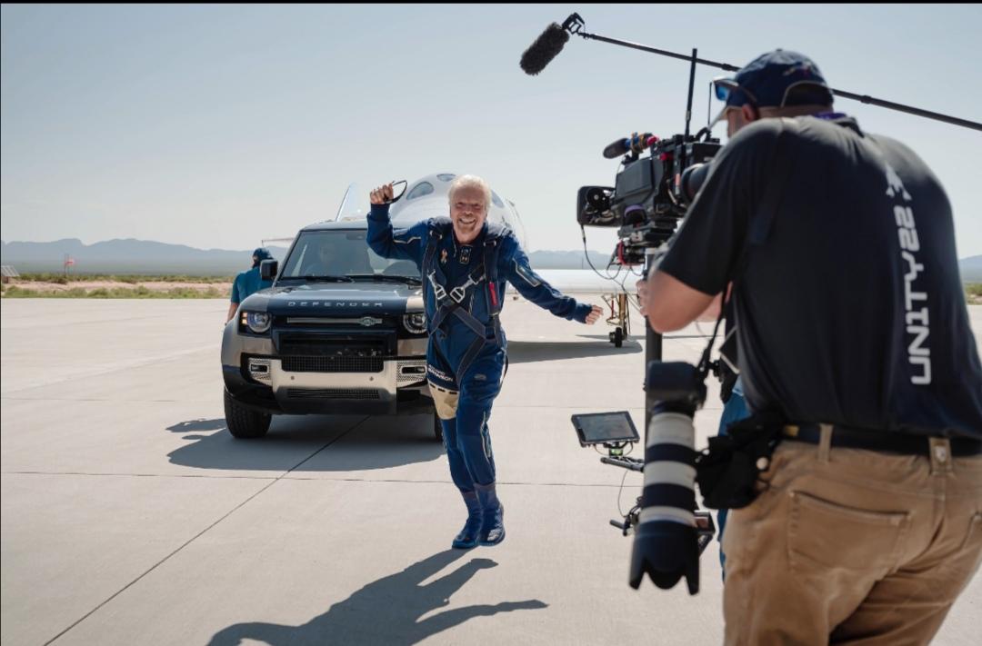 Screenshot 20210712 155740 Range Rover Astronaut Edition và Land Rover Defender 110 hỗ trợ đưa tỷ phú người Anh Richard Branson lên vũ trụ