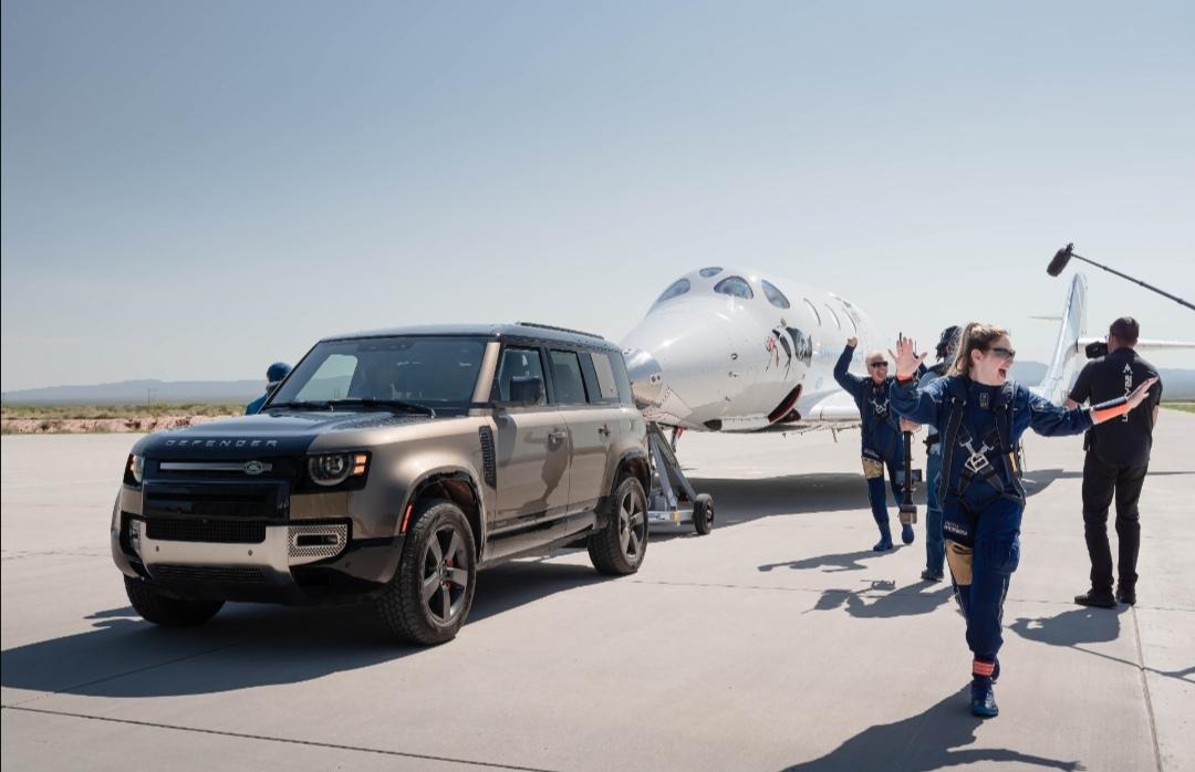Screenshot 20210712 155748 Range Rover Astronaut Edition và Land Rover Defender 110 hỗ trợ đưa tỷ phú người Anh Richard Branson lên vũ trụ