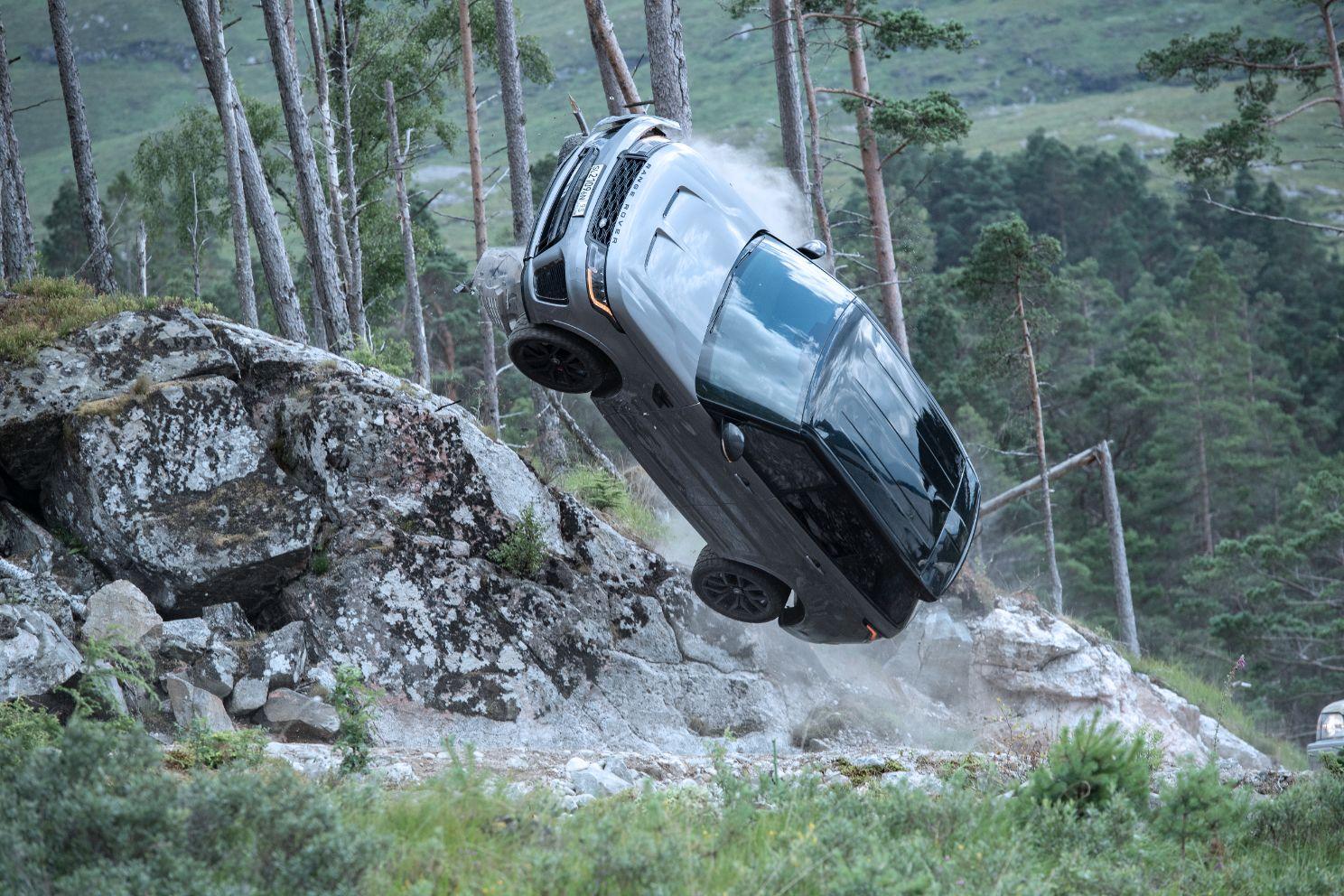 Range Rover Sport SVR 2 Range Rover Sport SVR vượt địa hình ngoạn mục để đuổi theo điệp viên James Bond